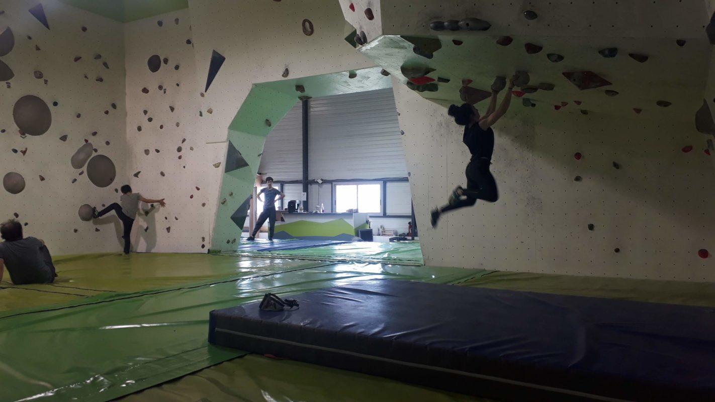 Dans le toît, une grimpeuse travaille le gainage et la coordination