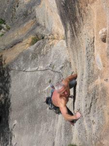 Destination les falaises de Tautavel dans les Pyrénées-Orientales. Une grimpe exigeante et technique dans tous les niveaux. Les sorties escalade de la salle 100% Grimpe de Perpignan.